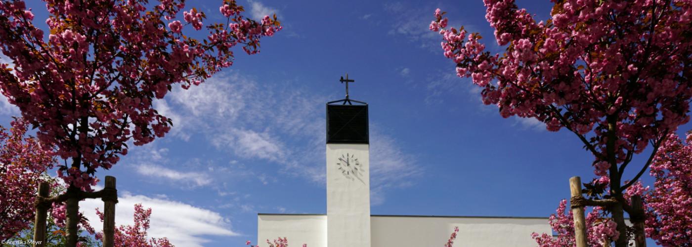 Blick auf Brunnen und dahinter die Kirche
