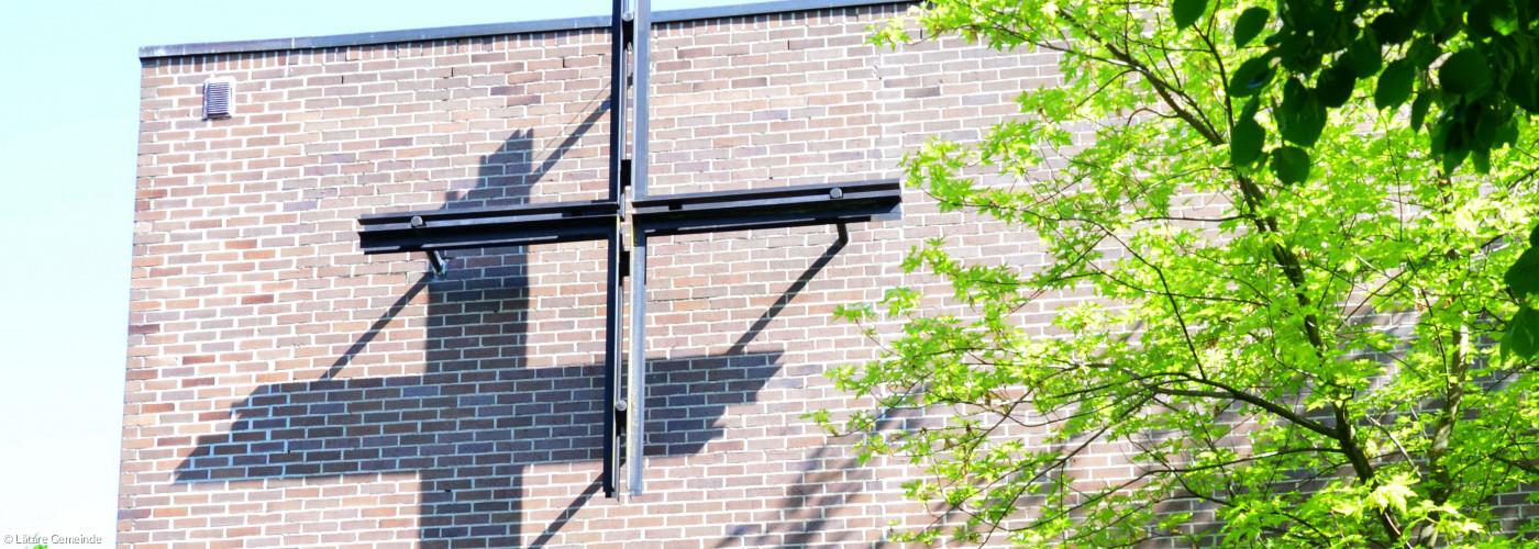 Blick auf Seitenschiff Lätare mit Kreuz und Bäumen
