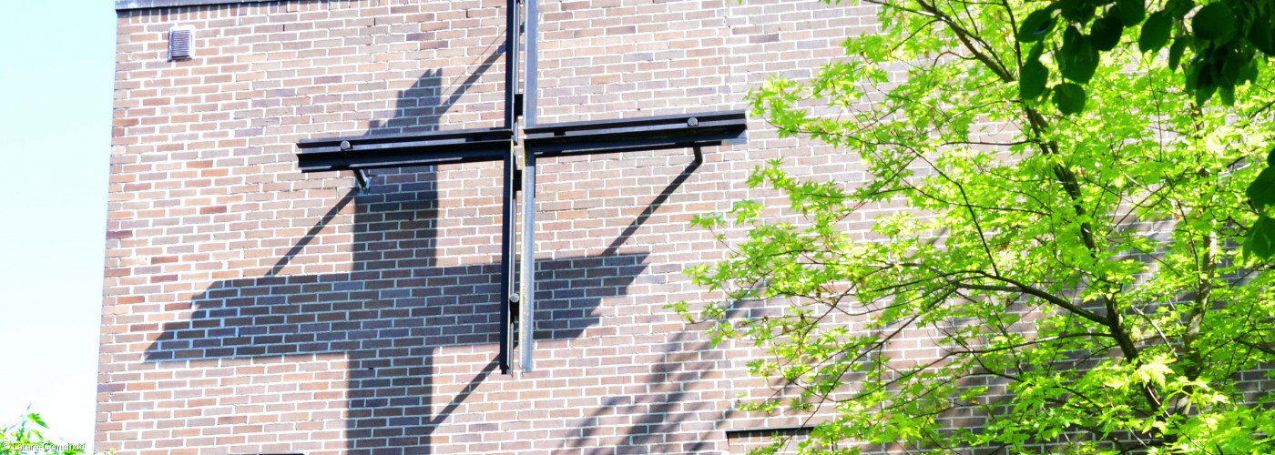 Blick auf Kreuz an der Lätare-Kirche aussen