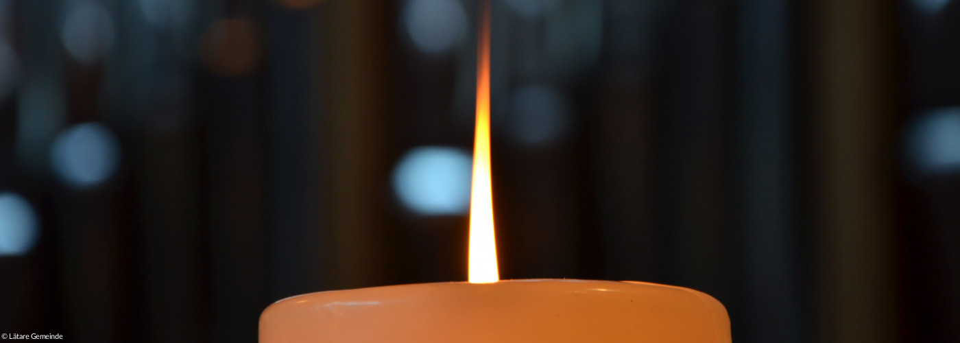 brennende Kerze vor Orgel in Lätare