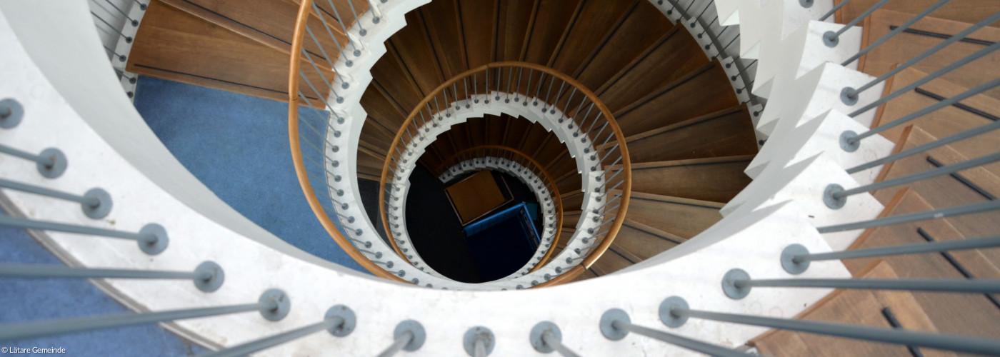 Blick von oben ins runde Treppenhaus