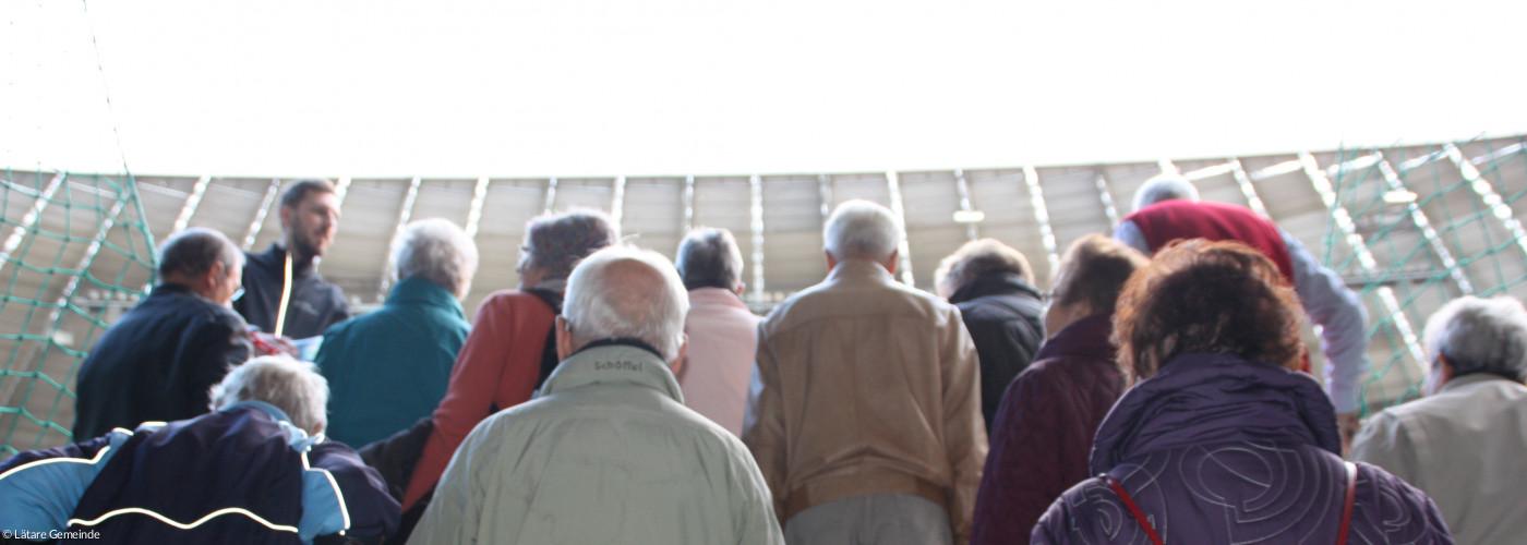 Blick auf Seniorengruppe im Treppenaufgang zur Allianz Arena